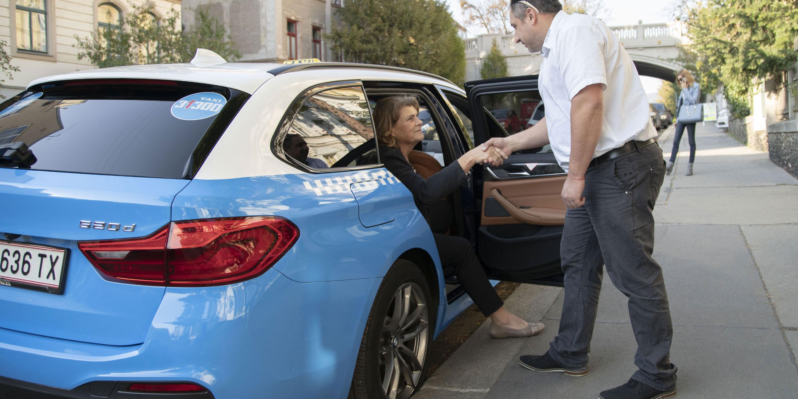 Ein TaxiPlus Lenker hilft einer Seniorin beim Ausstieg.